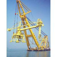Floating crane barge
